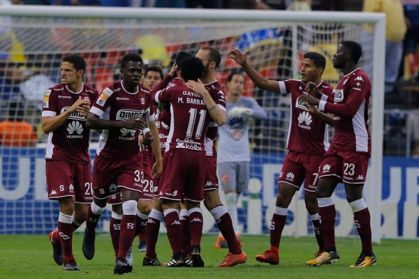 Los jugadores saprissistas celebraron el gol de Mariano Torres, que significó el 1 a 1 en la vuelta de los octavos de final de la Liga de Campeones de la Concacaf. La serie terminó 6 a 2 a favor de los aztecas. Fotografía: Imago7/Álvaro Paulin.