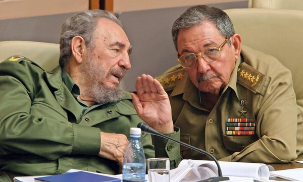 El entonces presidente de Cuba, Fidel Castro (izq.), y su hermano Raúl participaron en el 2003 en una reunión del Parlamento en La Habana. Fidel renunció el 19 de febrero del 2008 como titular del Gobierno. | EFE