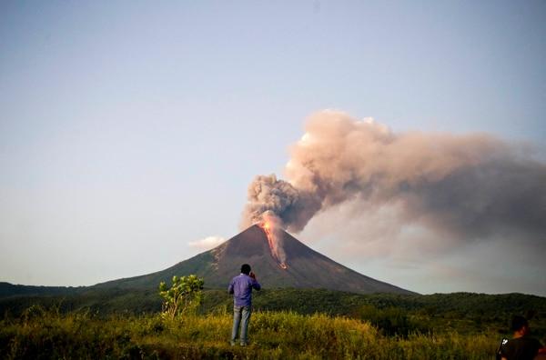 El volcán Momotombo, ubicado a 40 km al noroeste de Managua, puso fin a 110 años de reposo e inició en diciembre erupciones de lava, ceniza y piedras.