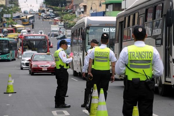 En mayo del 2018, varios oficiales de tránsito realizaron un operativo sobre Avenida Segunda en San José para verificar restricción vehicular/ Foto Jorge Castillo.