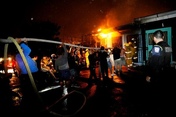 Vecinos se unieron para ayudar a apagar el fuego.   MARCELA BERTOZZI