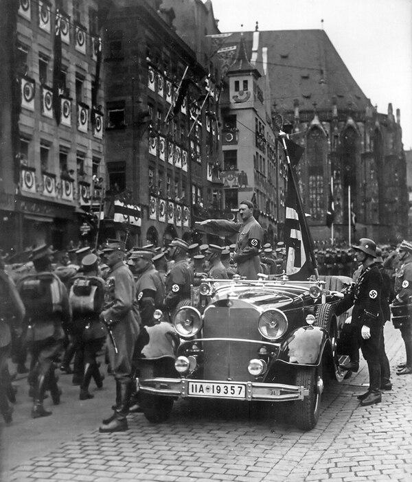 Nuremberg, 1935. Un empoderado Adolfo Hitler saluda a las tropas alemanas mientras desfilan. La suerte estaba echada. Cuatro años después, se desencadenaría la II Guerra Mundial | ARCHIVO