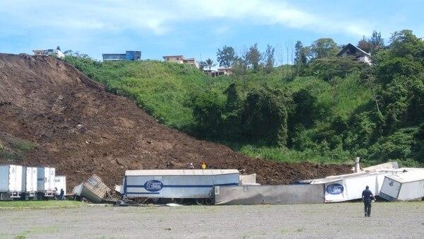 Algunos contenedores quedaron sepultados y otros fueron arrastrados por el deslizamiento. Foto: Alejandra Portuguez