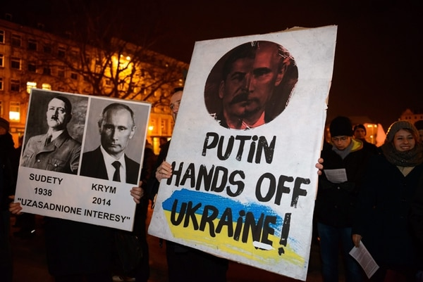 Un grupo de personas protesta en Poznan, Polonia, contra las acciones de Rusia en Ucrania, país que ocupa un lugar medular en el proyecto que impulsa Vladimir Putin. | EFE