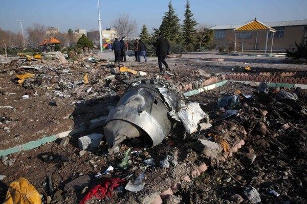 En esta foto tomada el 8 de enero de 2020, los equipos de rescate de 2020 trabajan entre los escombros después de que un avión ucraniano que transportaba a 176 pasajeros se estrelló cerca del aeropuerto Imam Khomeini en la capital iraní, Teherán (Photo by - / AFP)