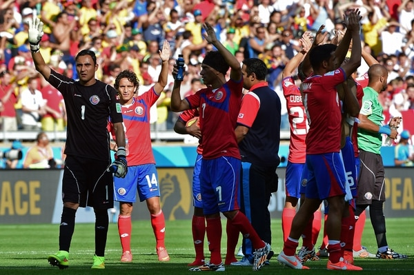 Los jugadores costarricenses saludan a los aficionados tras el empate contra Inglaterra