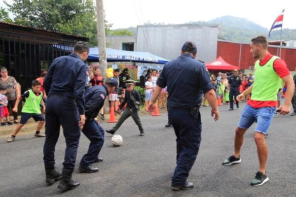 Las mejengas de barrio de la Fuerza Pública propician el acercamiento de policías con niños de barrios de riesgo social. El año pasado, en Concepción Abajo de Alajuelita, hubo un partido apoyado por jugadores de la Liga. Foto: Rafael Pacheco.