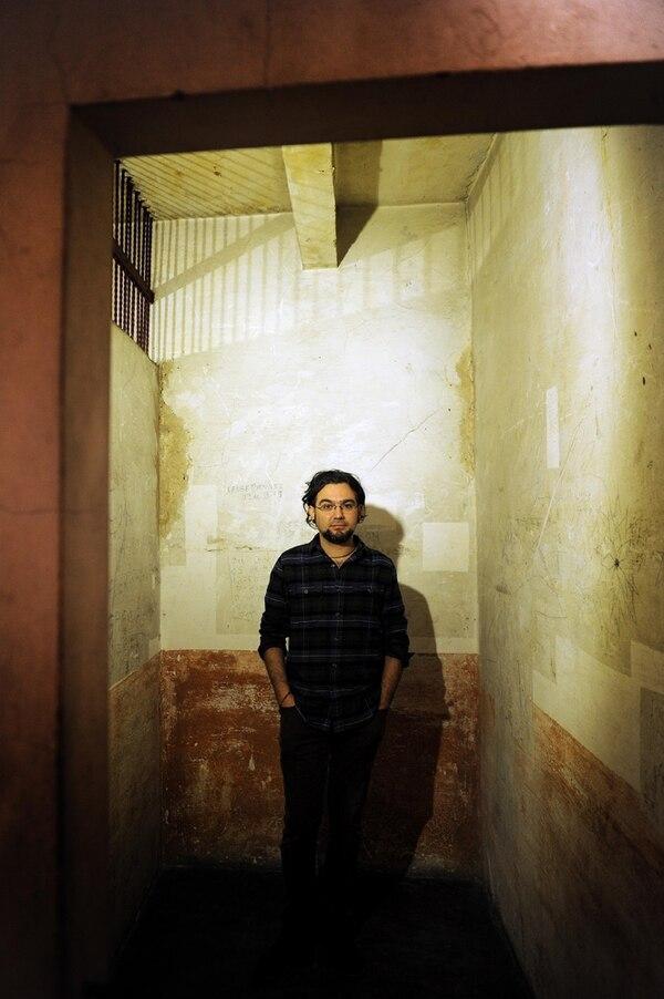 José Alberto Hernández también es conocido por su trabajo gráfico para el medio cultural. Aquí posa en un calabozo del Cuartel Bellavista.