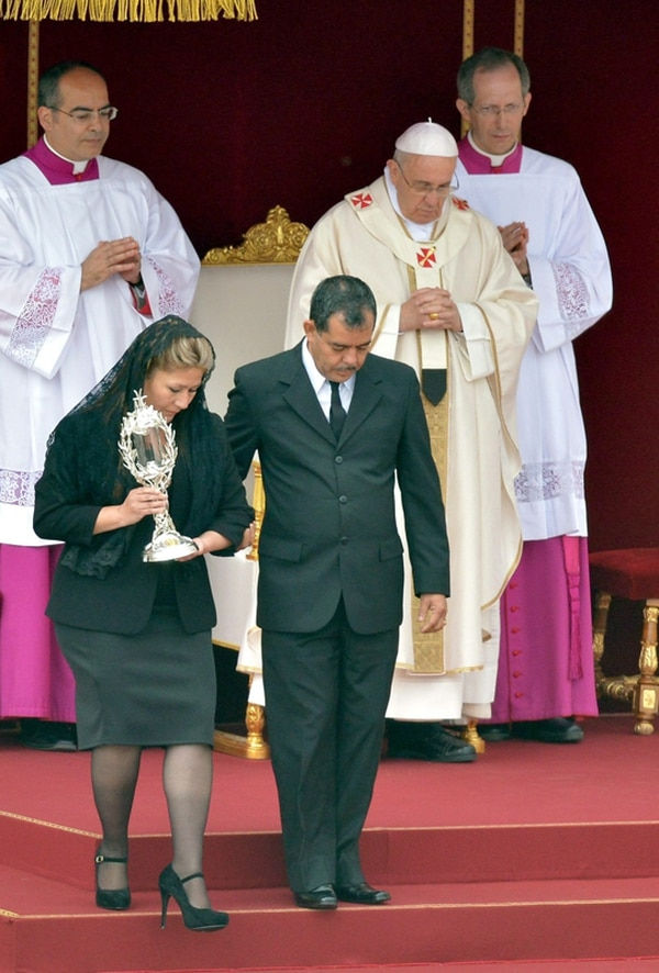 Durante la ceremonia del domingo, Floribeth Mora (acompañada aquí por su esposo, Edwin Arce) no pudo conversar con el papa Francisco.   EFE