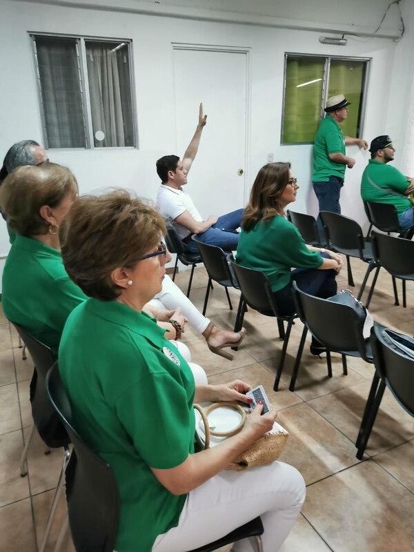 El delegado Luis Álvarez (de camisa blanca y con su brazo levantado) fue el único que se opuso a la candidatura de Araya como alcalde de San José. Foto: Rebeca Madrigal