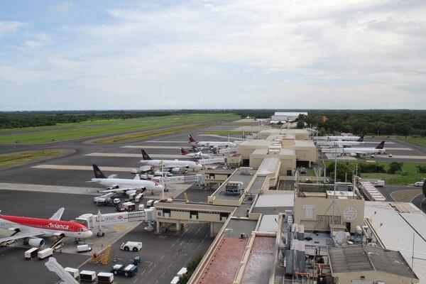 Aviones de Avianca y Taca en el aeropuerto de San Salvador. | ARCHIVO