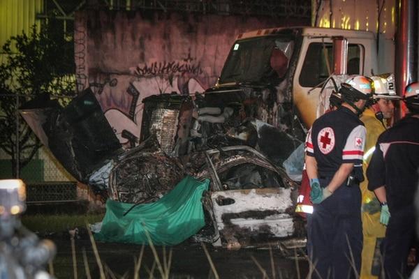 El automóvil Honda chocó el frente del camión por el costado izquierdo. El Cuerpo de Bomberos informó de que el camión arrastró el carro liviano 40 metros, lo cual generó que se rompiera el tanque de la gasolina y que algunas piezas metálicas generaran chispas al rozar el pavimento, lo que provocó el fuego. | JEFFRY ZAMORA
