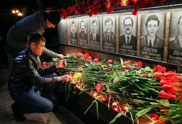 El 26 de abril de 2016, un grupo de personas asistió a una ceremonia que se realizó en el monumento a los Héroes de Chernobyl, creado para rendirles un tributo a los