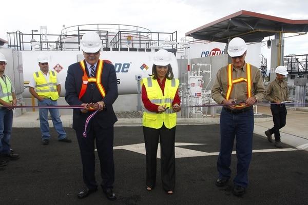 El pasado 26 de noviembre, la presidenta, Laura Chinchilla, coincidió con el ministro de Ambiente, René Castro (izq.), y el presidente de Recope, Jorge Villalobos, en el aeropuerto Juan Santamaría.   GESLINE ARANGO/ARCHIVO.