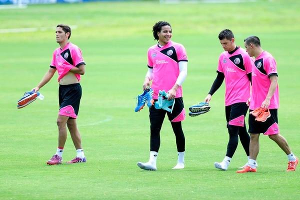 Esteban Alvarado comparte con Danny Carvajal y David Guzmán durante un entrenamiento de la Selección Nacional en el Proyecto Gol.