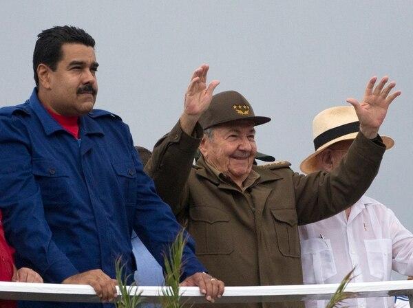 El presidente de Venezuela, Nicolás Maduro, y su homólogo de Cuba, Raúl Castro, durante el desfile en la Plaza de la Revolución de La Habana.