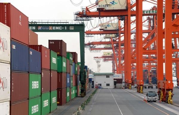 Muelle de contenedores en Tokio. El déficit comercial de Japón creció en enero a un nuevo récord mensual.