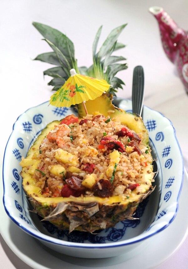 El arroz con piña, servido dentro de la fruta, es todo un clásico en este restaurante porteño.   FOTOGRAFÍA: ALONSO TENORIO.