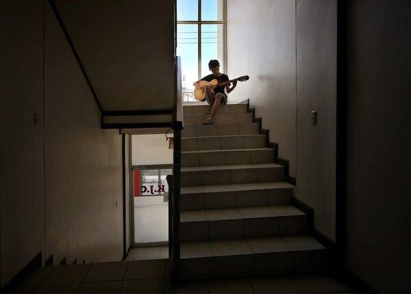 Una mirada desde el hogar durante la crisis del covid-19. Mi hijo Santiago se aparta para refugiarse en los acordes de su guitarra, la cual se ha convertido en su compañera inseparable durante el tiempo que está en casa. John Durán