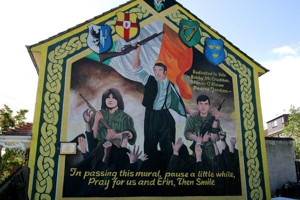 Un monumento sobre las luchas durante las operaciones armadas del IRA pintado en las áreas nacionalistas de Belfast