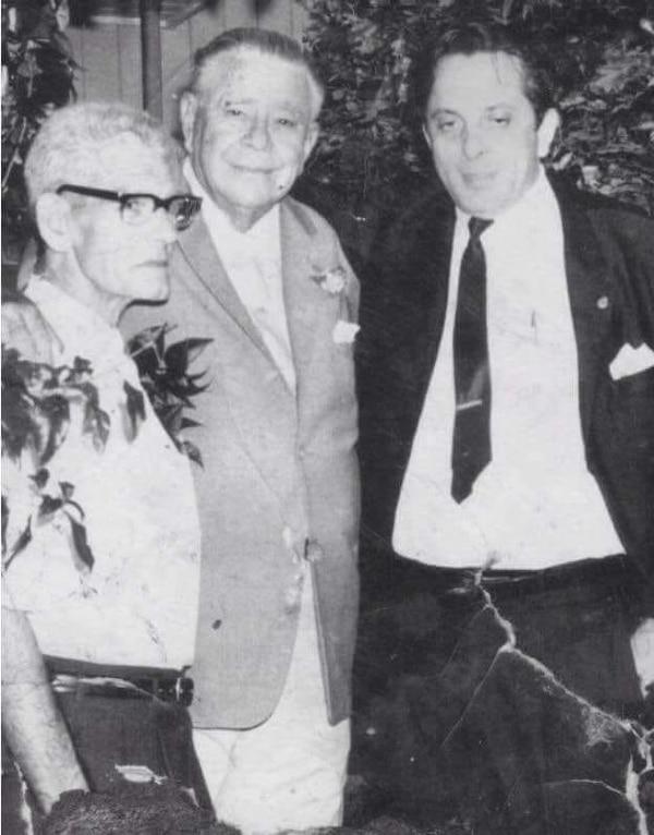 El expresidente Otilio Ulate (centro), posa junto al antiguo dueño del bar Limón, el español Juan Puertas. Foto: Suministrada por Mario Zaldívar.