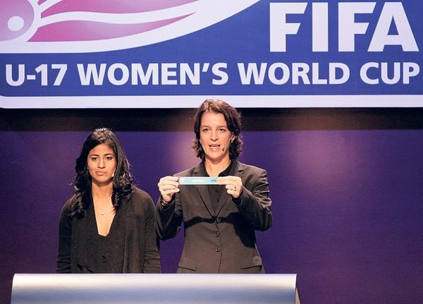 Shirley Cruz y Tatjana Haenni, de FIFA, en el sorteo del Mundial Sub-17. | EFE