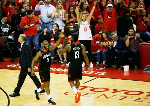 James Harden y Chris Paul celebran con el público de Houston la aplastante victoria sobre los Golden State Warriors. Foto: Tim Warner/Getty Images/AFP