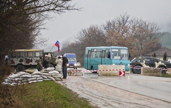 Varias personas han construido una barrera en la carretera Simferopol - Sevastopol, en la república autónoma de Crimea.
