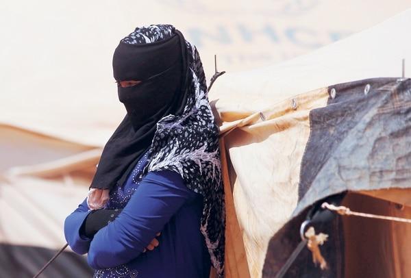 Una mujer iraquí desplazada, camina cerca de una tienda en los alrededores de Nukhayb, en la disputada provincia de Anba. Al menos 2,8 millones de personas han sido desplazadas por el conflicto en Irak, desde el inicio del 2014.