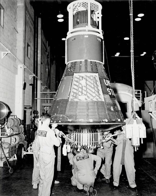 El personal en Cabo Cañaveral, Florida, prepara la cápsula de Mercury 8 de Wally Schirra, apodada 'Sigma 7', para entregarla en la plataforma de lanzamiento y acoplarla al vehículo de lanzamiento Atlas. Crédito de la foto: NASA