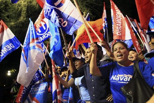 Un grupo de simpatizantes del Partido Revolucionario Democrático (PRD) congregados el lunes en una plaza pública en la capital, antes del inicio de un debate entre los aspirantes presidenciales.