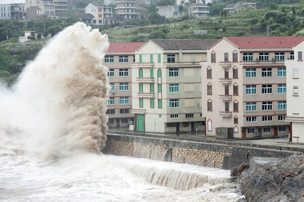 Enormes olas cerca de Wenling, China