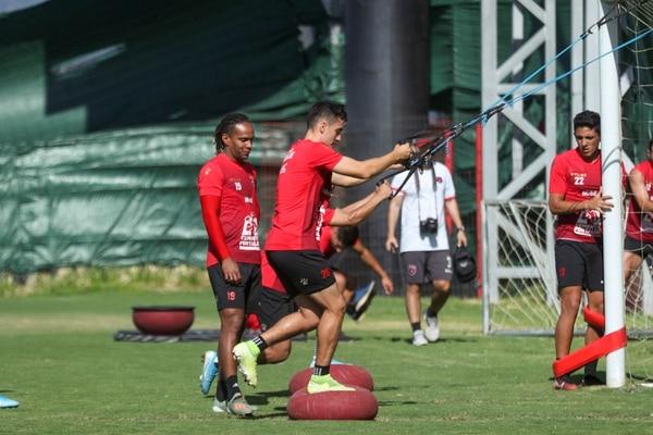Bernald Alfaro hace parte de la rutina física. Fotografía: José Cordero