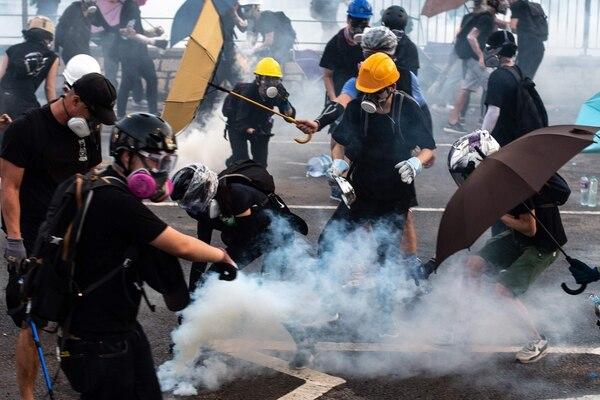 Los manifestantes reaccionaron cuando la Policía les disparó gases lacrimógenos en el distrito de Tai Po. Foto: AFP