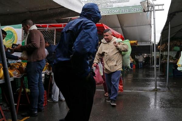 Equipado con una sueta gruesa y una bolsa, Adrián Salas desafió el frío, la mañana de este domingo, para ir a comprar verduras y frutas a la feria del agricultor de Coronado. No obstante, admitió que el frío estaba más fuerte que de costumbre. Foto: Mayela López