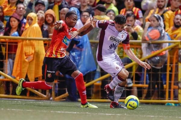 Colindres le ganó en velocidad a Ordain, antes de llegar hasta la línea de fondo y lanzar el centro que terminó en gol. Fotografía: José Cordero.