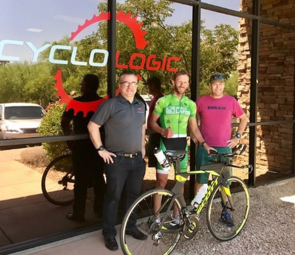 Leo Chacón junto a Paraic McGlynn (izq.), quien le hizo la prueba de bike fitting, y su entrenador, Cliff English (der.).