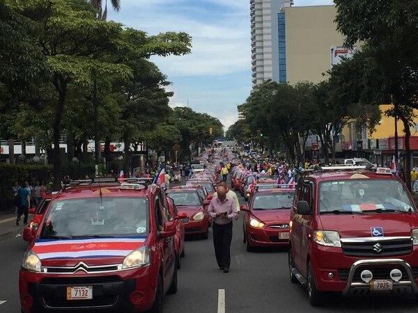 Estos taxistas circulan por las calles de San José con rumbo a la Asamblea Legislativa.