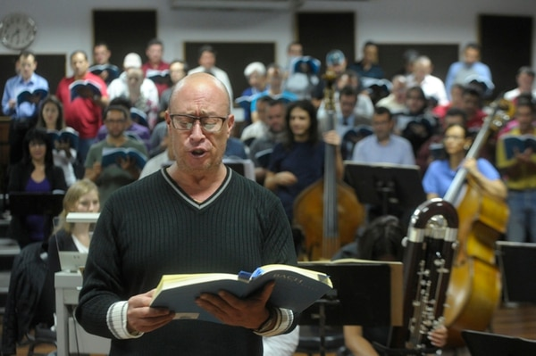 Ramiro Ramírez, director del Coro Sinfónico Nacional, también participará como barítono en el concierto. Foto: Pablo Montiel.