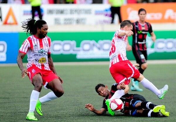 Roy Smith (izq.) en un partido ante Alajuelense cuando jugaba con Santos. En la acción, el exmanudo Armando Alonso disputa la pelota con Wílmer Azofeifa (28).