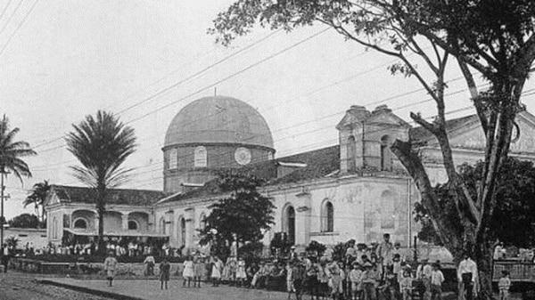 Foto antigua de lo que hoy es la Catedral de Alajuela. El templo ha sido sometido a diversas remodelaciones a través de los años. Archivo
