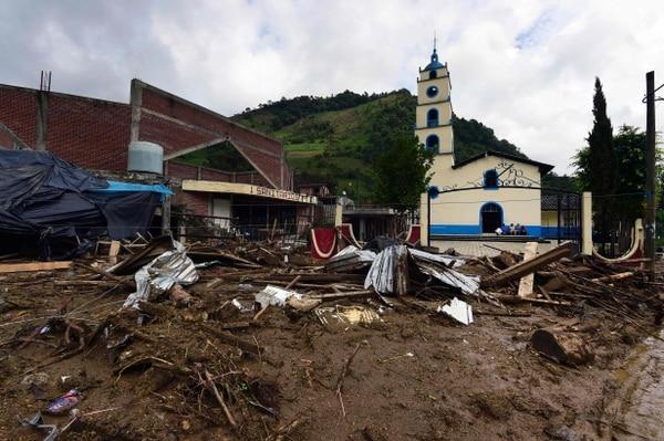 Daño causado por un deslizamiento de tierra tras el paso de la tormenta tropical Earl en la comunidad de Xaltepec, el estado de Puebla, en el este de México.