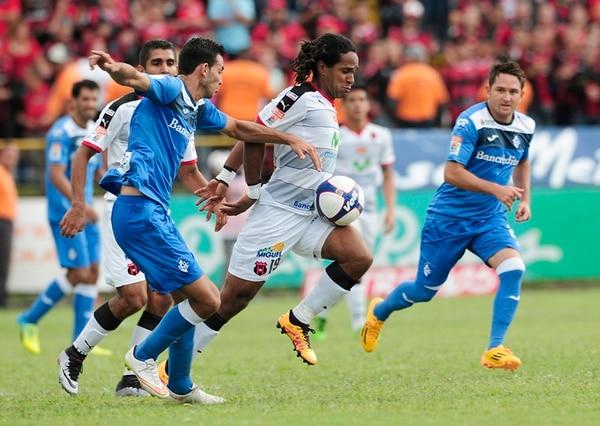Fernando Brenes intenta quitarle un balón al delantero manudo Jonathan McDonald. El erizo tuvo poco peso en ataque. | JOHN DURÁN