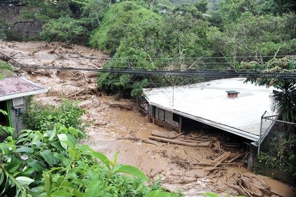 En el 2010 este terraplén en cerro Chitaría, Santa Ana, puso a correr a vecinos y autoridades.
