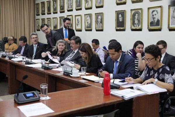 La Comisión de Reforma Fiscal está frenada, mientras el Gobierno y los partidos negocian una versión del proyecto lo suficientemente potable para que se acoja como el nuevo texto en el segundo día de mociones de fondo. Foto: Jeffrey Zamora