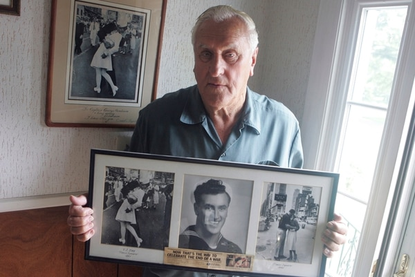 George Mendonsa posó el 2 de julio del 2009 con la histórica foto del beso a Greta Zimmer Friedman, en agosto de 1945 en Times Square, Nueva York.