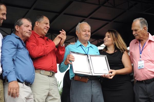 Rosario Alfredo Jiménez, vecino de Río Cuarto, muestra con orgullo la ley que ratifica el cantonato por el cual peleó durante 15 años.