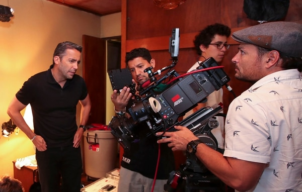 Ignacio Sánchez   (DE NEGRO) ES EL DIRECTOR DE BUSCANDO A MARCOS RAMÍREZ . LA CINTA SE FILMA CON UNA CÁMARA ALEXA SXT. GRACIELA SOLÍS
