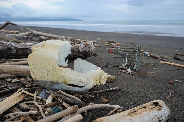 Desechos humanos que el mar devuelve en playa Guacalillo, Puntarenas. | FOTO: JEFFREY ZAMORA