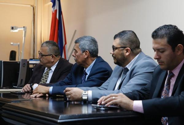 El papá de Carla Stefaniak, Carlos Caicedo, de segundo de izquierda a derecha, escucha la lectura de la sentencia en compañía de sus abogados y la representación fiscal. Foto: Mayela López